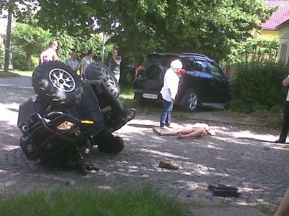 В Ужгороді автомобіль зніс квадроцикл: є постраждалі (ФОТО)