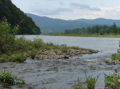 Внаслідок обвалу дороги авто впало у річку. Знайшли тіло водія