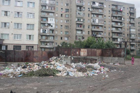 Ужгородські комунальники не справляються з вивозом сміття (ФОТО)