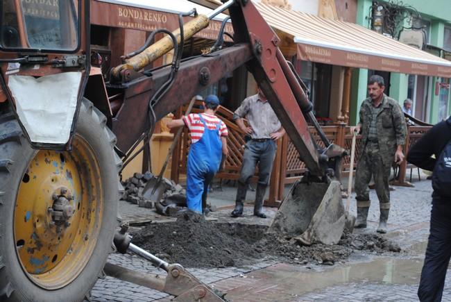 Центр Мукачева сидів без води: на Достоєвського вчергове прорвало трубу (ФОТО)