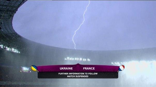Матч Україна-Франція призупинили через сильну зливу