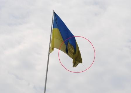 Над Мукачевом майорить порваний український стяг (ФОТО)