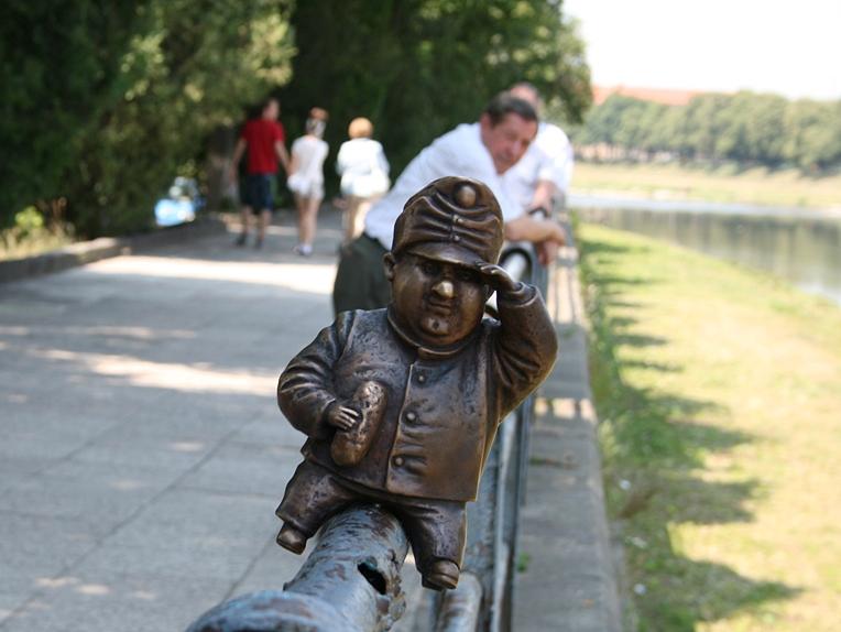 Зі скульптури Швейка в Ужгороді познущались вандали