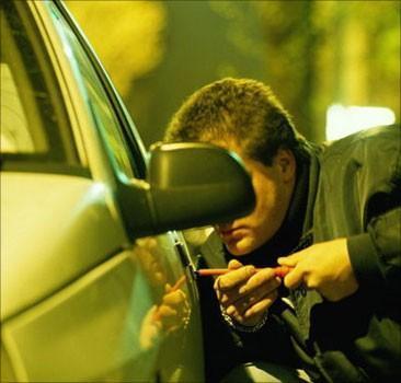В Мукачеві автомобільного злодія спіймали на гарячому