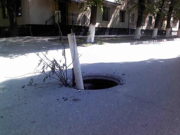 Жителька Ужгорода провалилась в каналізаційний люк