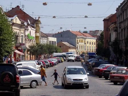 В Ужгороді пішохідну зону перетворили на автостоянку