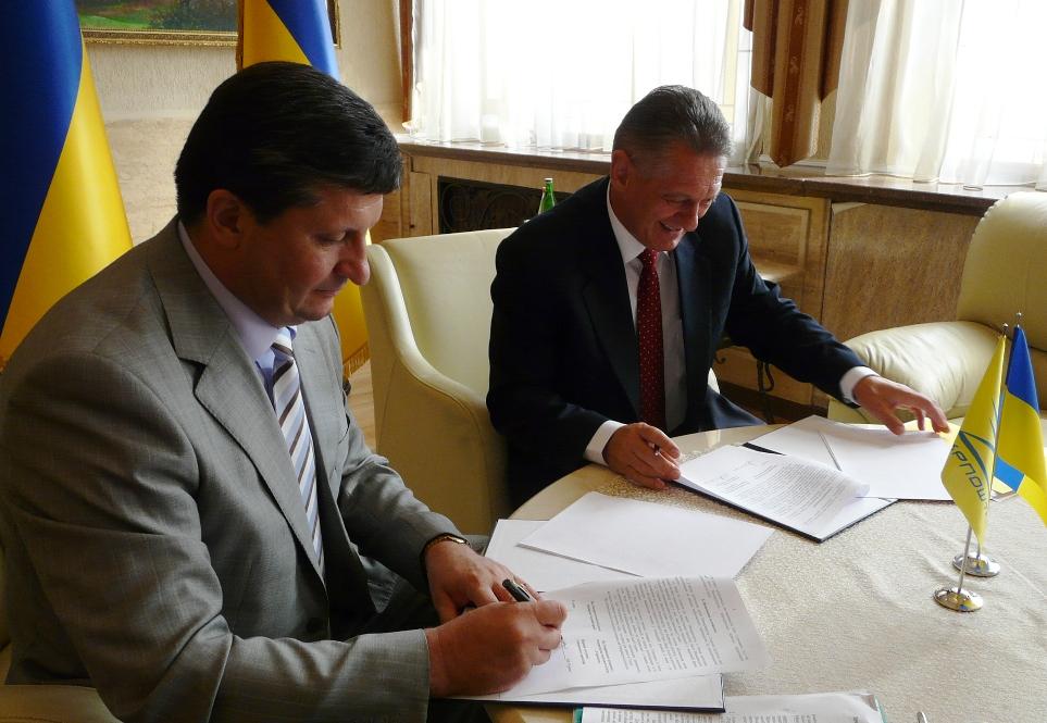 """В Ужгороді підписали Меморандум про співпрацю між ОДА та """"Укрпоштою"""""""