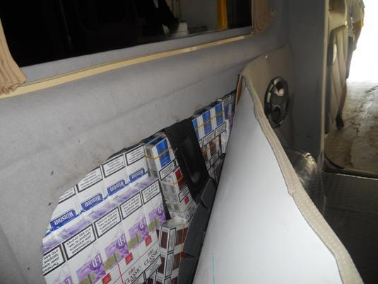 Чопські митники знайшли контрабандні сигарети в обшивці автомобіля