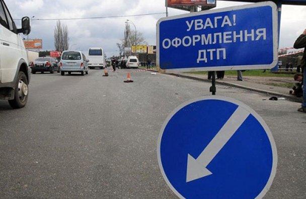 У Києві ДТП: білявка переплутала педаль газу та тормозу (ФОТО)