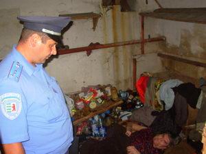 Мукачівський дільничний переймається долею двох безхатченків