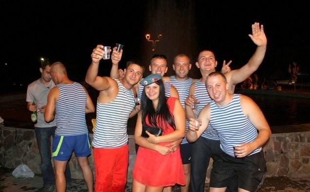 День ВДВ у Мукачеві: п'яні купання у фонтані та бійка в Росвигові (ФОТО)