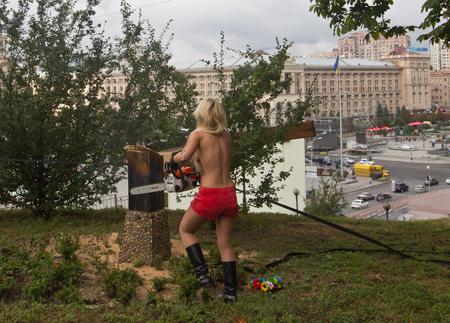 Femen висловили підтримку та повагу Pussy Riot та спиляли хрест у Києві (ФОТО, ВІДЕО)