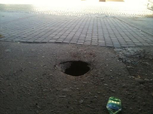 У Мукачеві асфальт іде під землю утворюючи провалля (ФОТОФАКТ)