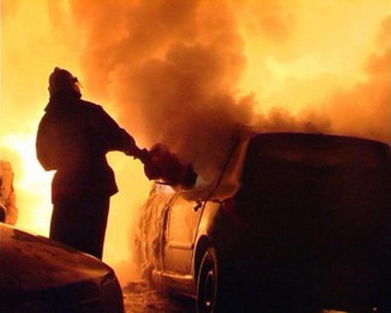 """В Ужгороді невідомі підпалили """"Нісан"""" місцевого бізнесмена"""