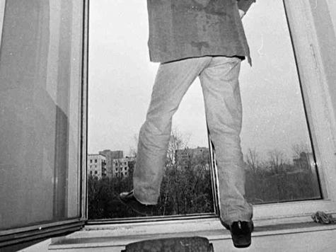 В Ужгороді п'яного самогубця зняли з криші будинку