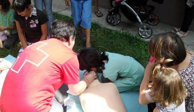 Працівники Червоного Хреста навчають біженців надавати першу медичну допомогу