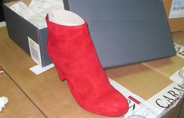 На Чопській митниці затримали партію контрабандних італійських чобітків