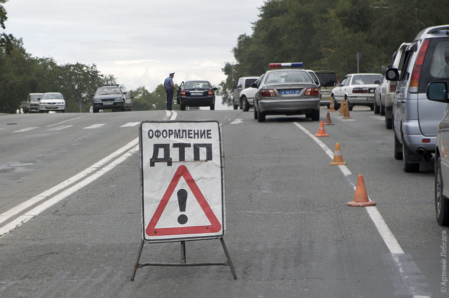 В Мукачеві Мерседес зніс електричну опору (ФОТО)