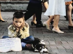 Мукачівка примушувала неповнолітнього сина жебракувати на вокзалі в Великому Березному