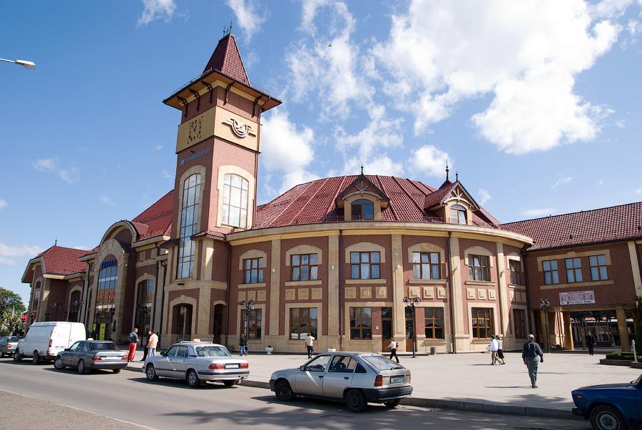 На ужгородському вокзалі затримали чоловіка з ножем та пістолетом