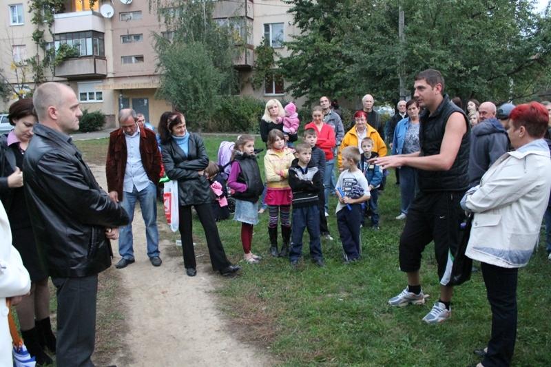 Мешканці Росвигова просять Вячеслава Шутка допомогти із ремонтом під'їздів
