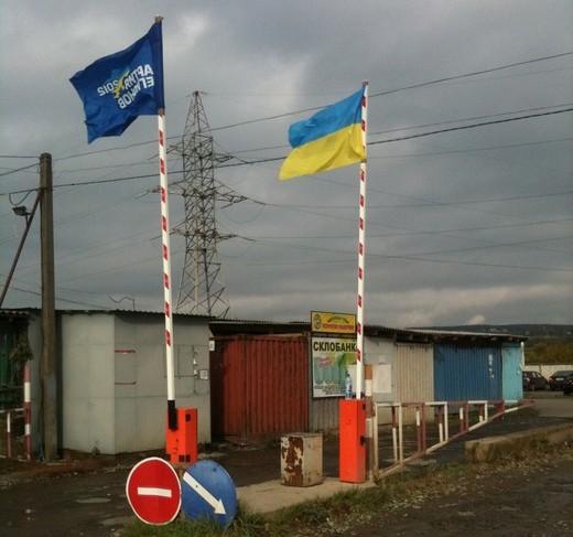 """Ужгородський ринок """"Краснодонців"""" починає кожен робочий день з підняття прапору Партії Регіонів (ФОТОФАКТ)"""