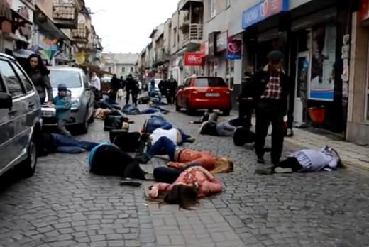 Тридцять молодих людей впали одночасно в центрі Мукачева у рамках флешмобу (ВІДЕО)