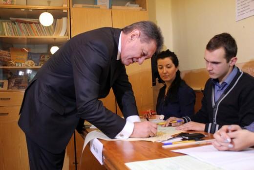 Губернатор Ледида проголосував на виборчій дільниці у селі Барвінок (ФОТО)