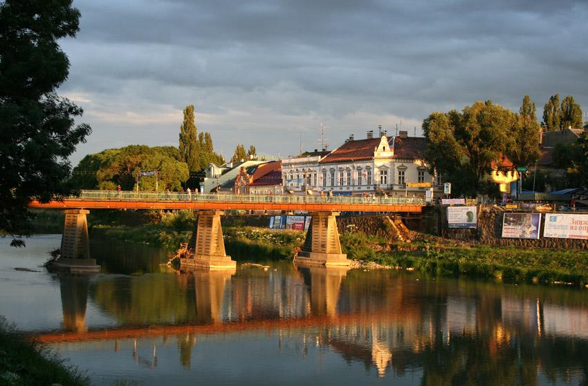 На засіданні Ужгородського міськвиконкому вирішили не чіпати рекламні щити на опорах транспортного мосту