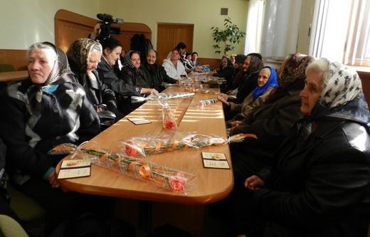У Мукачівській райдержадміністрації багатодітним жінкам вручили державні нагороди (ФОТО)