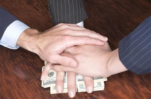 Чиновнику, що вимагав гроші у нелегалів, загрожує 10 років тюрми