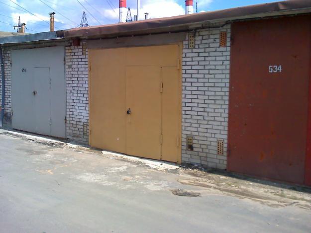 Злодій розібрав металевий дах, щоб залізти до гаражу