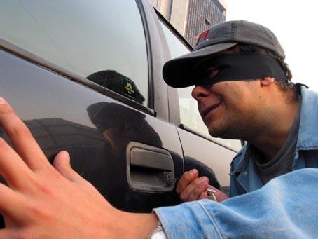 В Ужгороді злодій відключив сигналізацію автомобіля і вкрав залишений в салоні гаманець