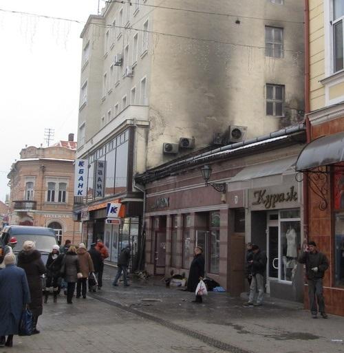 В центрі Ужгорода згорів бар і магазин (ФОТО)