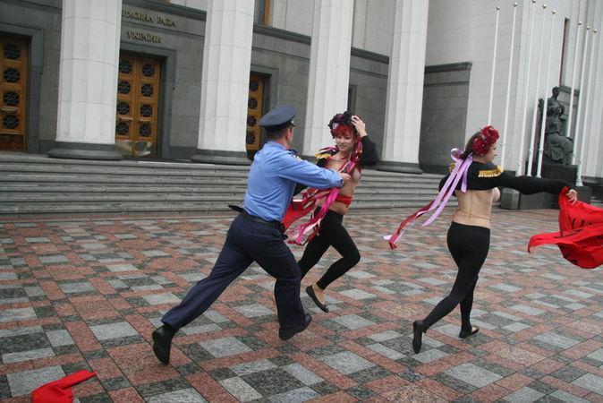 Через Femen Павло Балога та Василь Петьовка не змогли вчасно потрапити до Ради