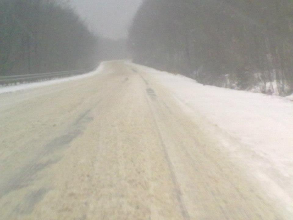 Ділянка дороги з Мукачева до Нижніх Воріт у справжньому сніговому колапсі (ФОТО)