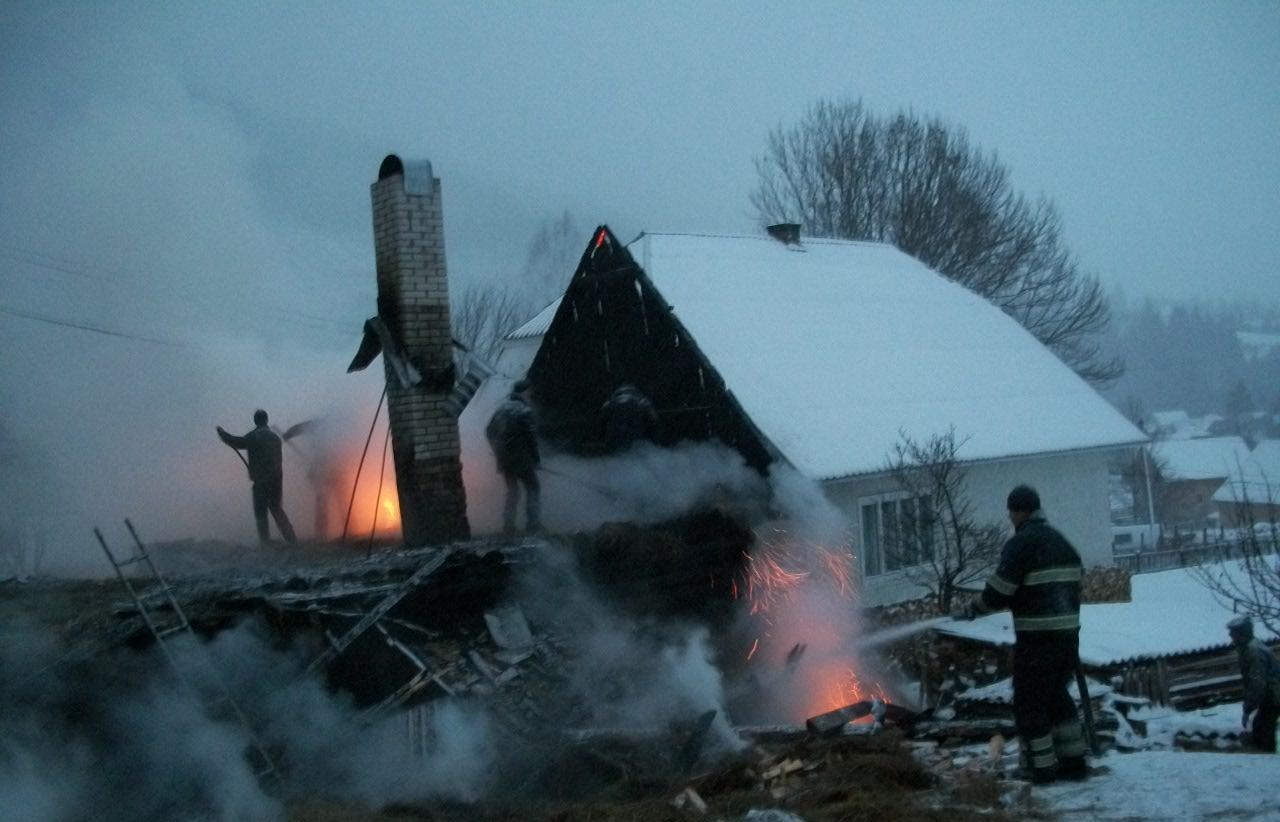 В Синевирі пожежа ледь не перекинулась на житловий будинок