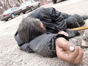 В Берегові п'яний чоловік при падінні вдарився головою від чого невдовзі помер