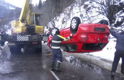 Через слизьку дорогу авто злетіло у річку (ФОТО)