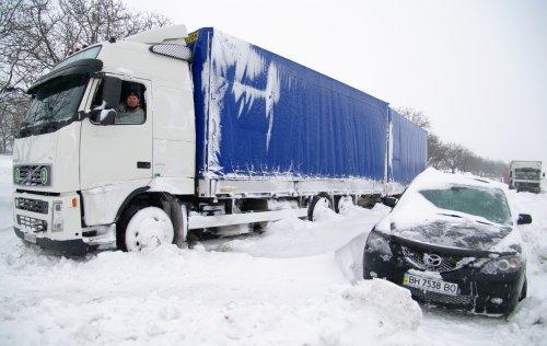 Люди замерзають у гігантському заторі на трасі Київ-Чоп (ВІДЕО)
