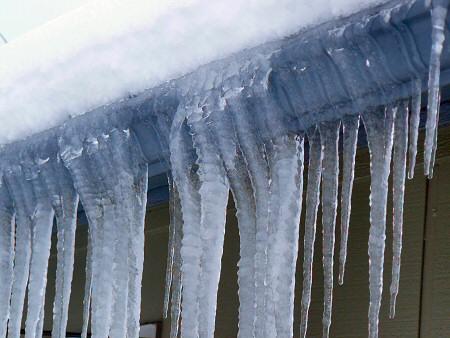 Мукачівська влада зобов'язує власників будинків проводити очищення від снігу та бурульок