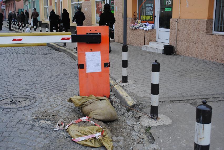 Шлагбаум, який було збито по вул. Возз'єднання сьогодні успішно відремонтований (ФОТО)