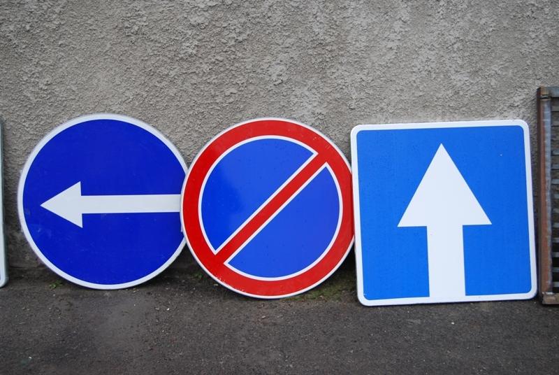 В Ужгороді невідомі замалювали дорожній знак (ФОТО)