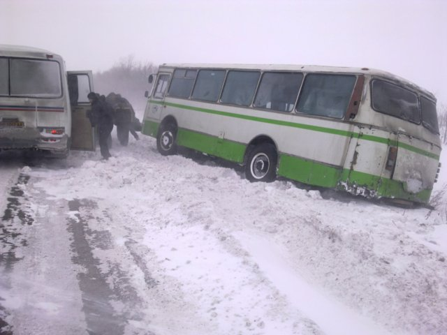 Через сильну ожеледицю на Мукачівщині два автобуси з'їхали в кювет