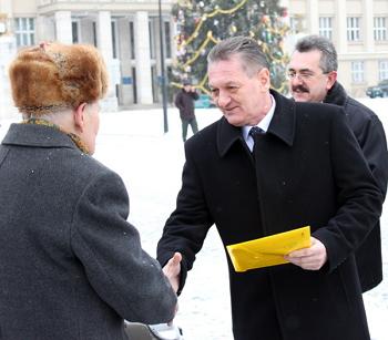 Інваліди війни, Чорнобиля та воїни-інтернаціоналісти отримали новенькі машини та квартири (ВІДЕО)