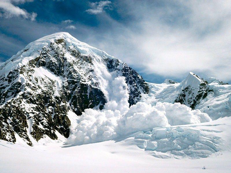 На Закарпатті розшукують двох відчайдухів, яких накрило лавиною
