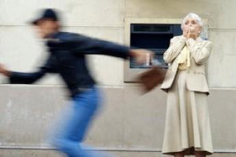 В Ужгороді посеред вулиці від жінки з рук крадій вирвав сумочку