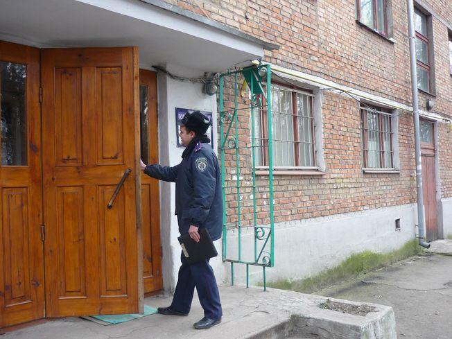 Мукачівські міліціонери проводять профілактичну бесіду з раніше засудженими