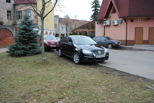 Мукачівські водії не вміють паркуватися? Вже звичкою стало залишати свої авто абиде (ФОТОФАКТ)