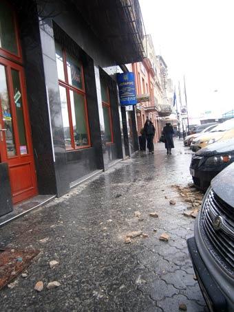 В Ужгороді руйнується штукатурка на старих будинках і падає просто на пішохідні зони та авто (ФОТО)